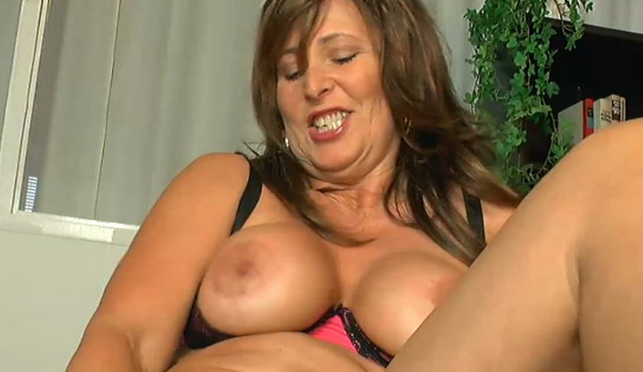 Pussyshow.... Chrissy - Busty MILF Amateur Solo Chrissy