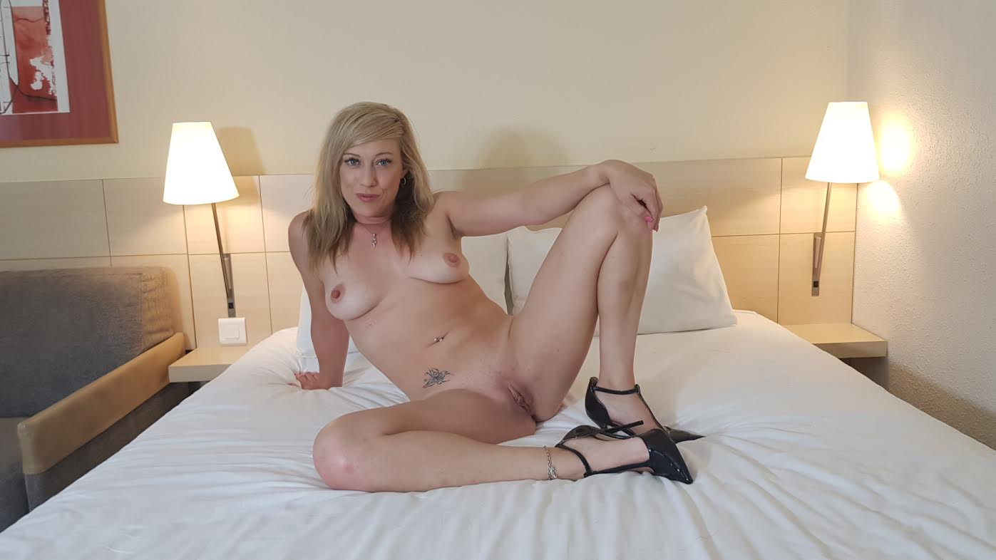 Axa Jay, British Girl wants you to play with her Feet! Axajay